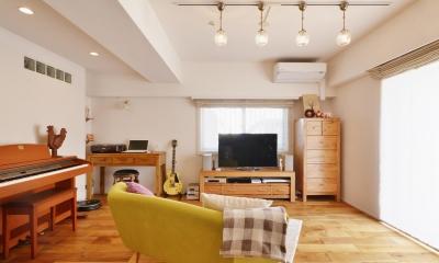 K邸・広くて開放的なLDKに個室も用意。お気に入りのクロスやタイルが楽しい住まい (ダイニングから見たリビング)