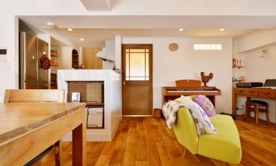 K邸・広くて開放的なLDKに個室も用意。お気に入りのクロスやタイルが楽しい住まい (窓側からみたLDK)