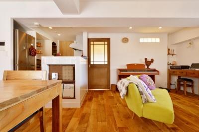 窓側からみたLDK (K邸・広くて開放的なLDKに個室も用意。お気に入りのクロスやタイルが楽しい住まい)