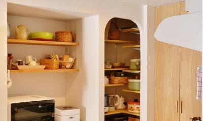 K邸・広くて開放的なLDKに個室も用意。お気に入りのクロスやタイルが楽しい住まい (パントリーとキッチン収納)