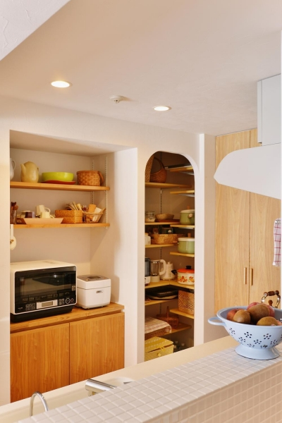 パントリーとキッチン収納 (K邸・広くて開放的なLDKに個室も用意。お気に入りのクロスやタイルが楽しい住まい)