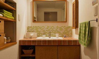K邸・広くて開放的なLDKに個室も用意。お気に入りのクロスやタイルが楽しい住まい (洗面室)