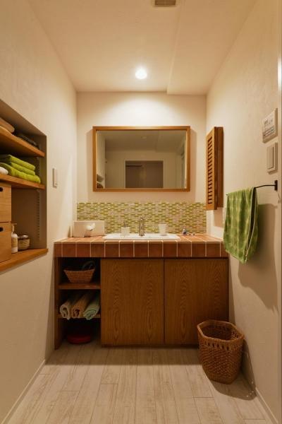 洗面室 (K邸・広くて開放的なLDKに個室も用意。お気に入りのクロスやタイルが楽しい住まい)