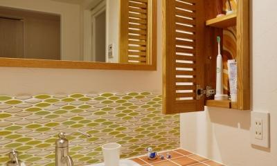 K邸・広くて開放的なLDKに個室も用意。お気に入りのクロスやタイルが楽しい住まい (洗面室の収納)