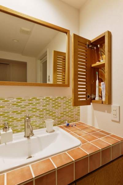 洗面室の収納 (K邸・広くて開放的なLDKに個室も用意。お気に入りのクロスやタイルが楽しい住まい)