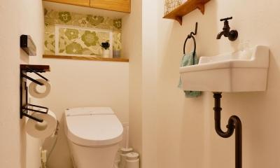 K邸・広くて開放的なLDKに個室も用意。お気に入りのクロスやタイルが楽しい住まい (トイレ)