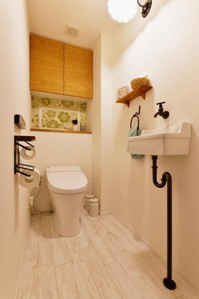 トイレ (K邸・広くて開放的なLDKに個室も用意。お気に入りのクロスやタイルが楽しい住まい)
