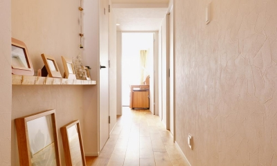 K邸・広くて開放的なLDKに個室も用意。お気に入りのクロスやタイルが楽しい住まい (リビングへ続く廊下)