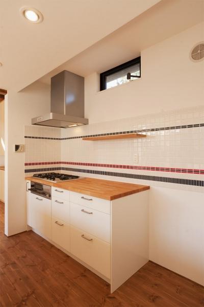 コンロ側のキッチン (K邸・古いお家を思い切り楽しむ。光あふれる元気な住まい)