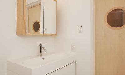 K邸・古いお家を思い切り楽しむ。光あふれる元気な住まい (洗面室とトイレのドア)