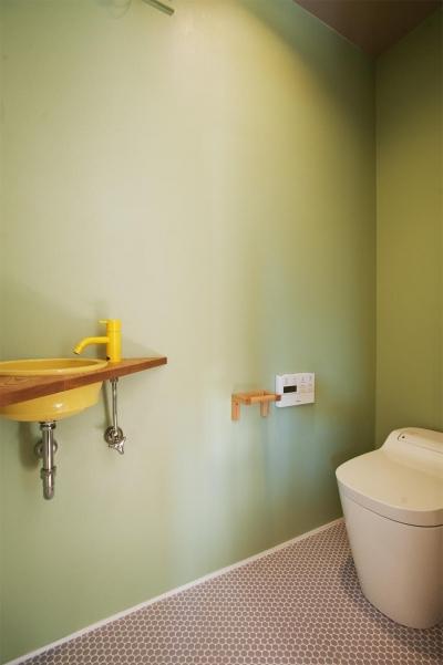 トイレ (K邸・古いお家を思い切り楽しむ。光あふれる元気な住まい)