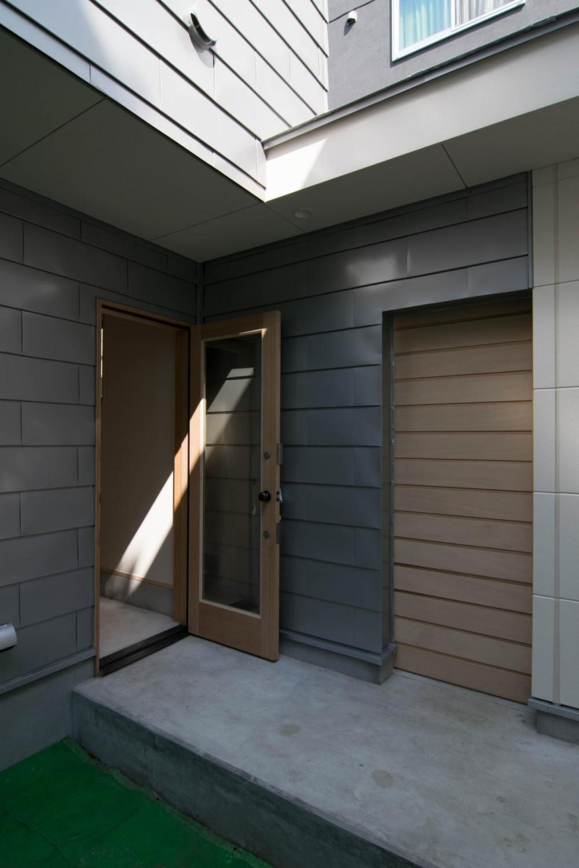 通り庭の家 (玄関ドアと半屋外通路)