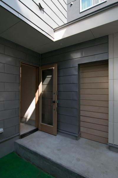 玄関ドアと半屋外通路 (通り庭の家)