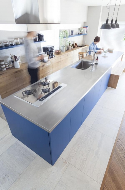 キッチン (M邸 — タイルとフローリング半分ずつの部屋)