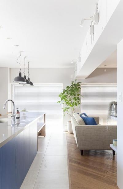 キッチン床 (M邸 — タイルとフローリング半分ずつの部屋)
