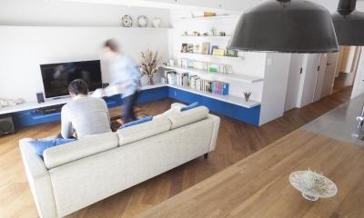 M邸 — タイルとフローリング半分ずつの部屋 (キッチンから見たリビング)