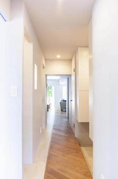 廊下 (M邸 — タイルとフローリング半分ずつの部屋)