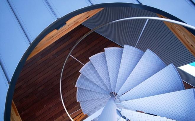k-houseの部屋 屋根へと上がる螺旋階段