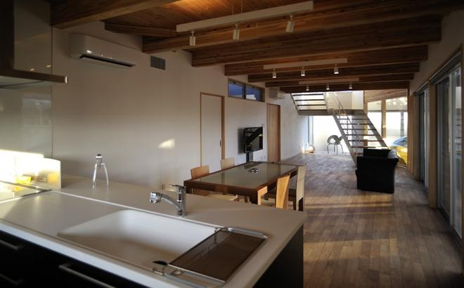 k-houseの部屋 キッチンからダイニングとリビングを望む