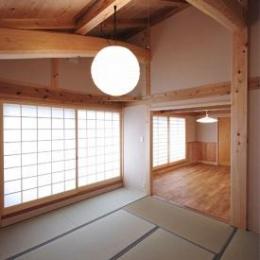 N-house (板間と隣接した和室)