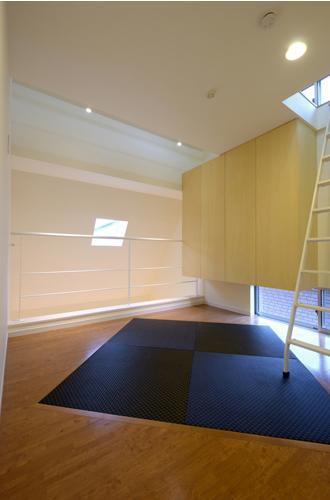 上に庭がある家の部屋 黒い琉球畳を斜めに敷いたロフトスペース