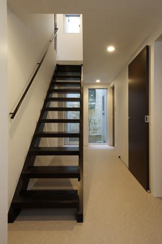 ほどよい距離感のある家の部屋 オープン型階段・廊下