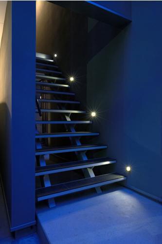 ほどよい距離感のある家の部屋 照明で演出された階段