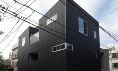 黒い外観 ほどよい距離感のある家