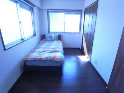 葛飾の一等地に建つ最上階、一部屋(ペントハウス)の魅力あふれるリノベーションマンション (光に囲まれる寝室)