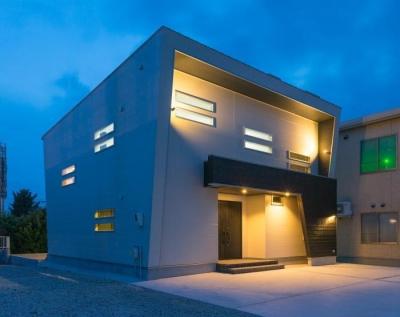 デザインにこだわったシンプルモダン住宅 (夜景外観)
