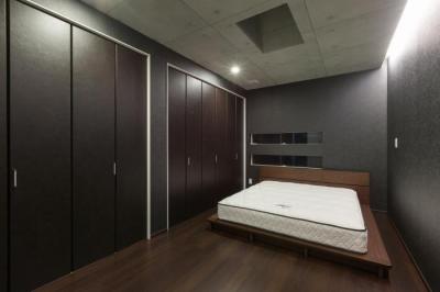 ベッドルーム (デザインにこだわったシンプルモダン住宅)