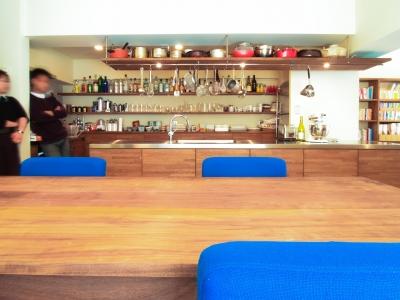 キッチン (Jiuba—キッチンを中心に仲間が集まる30畳のLDK)