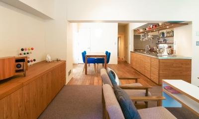 Jiuba—キッチンを中心に仲間が集まる30畳のLDK (リビングから見たキッチン)