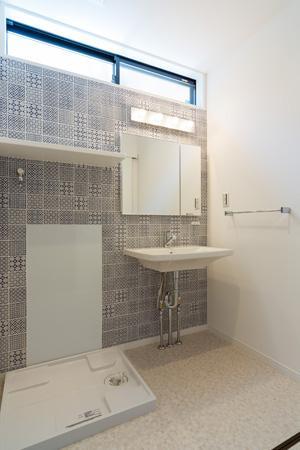 土間のある家の部屋 ハイサイドライトで明るい洗面エリア