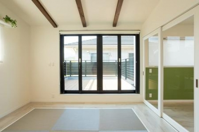 琉球畳を敷いた和モダン空間 (土間のある家)