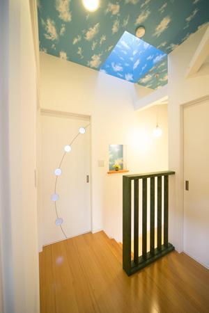 Casa Bonita(かわいい家) (空柄天井のある明るい2階ホール)