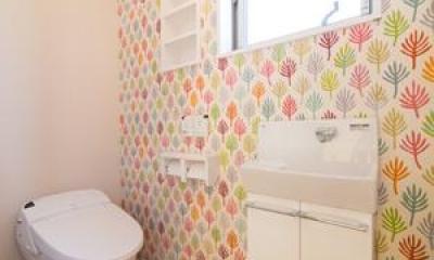 可愛らしい壁紙のあるトイレ|Casa Bonita(かわいい家)