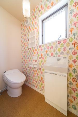 Casa Bonita(かわいい家)の部屋 可愛らしい壁紙のあるトイレ