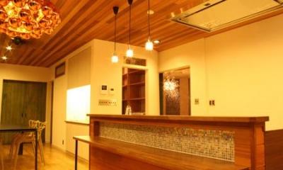 明かりの灯ったキッチン・ダイニング|森xイエ