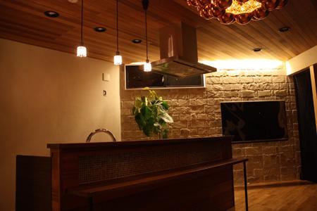 森xイエの部屋 明かりの灯ったキッチン・リビング