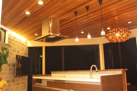 森xイエの部屋 明かりの灯ったアイランドキッチン