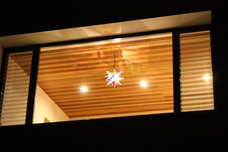 森xイエの部屋 明かりの灯ったダイニングを望む