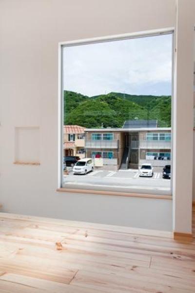 大きな窓から光を取り込む階段 (cross road HOUSE)