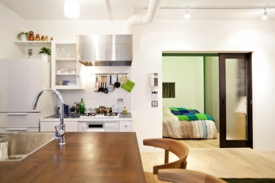 ダイニングキッチンから見た寝室 (Chambre—部屋ごとの世界観をがらりと変えて)