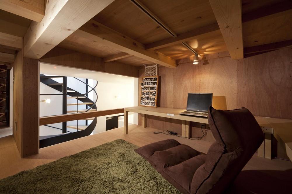 下丸子の住宅 (吹抜けに面する中二階ロフト)