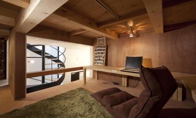 吹抜けに面する中二階ロフト|下丸子の住宅