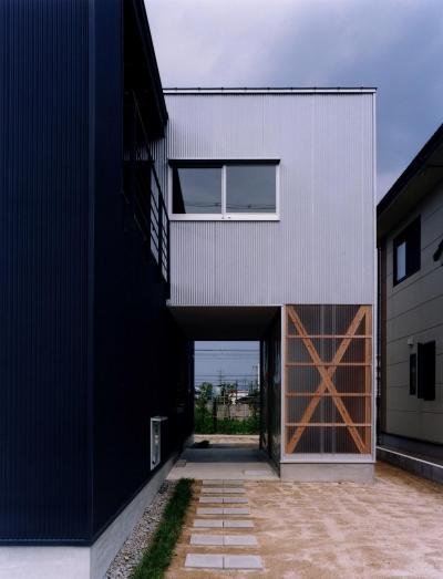 玄関アプローチ (クロスハウス)