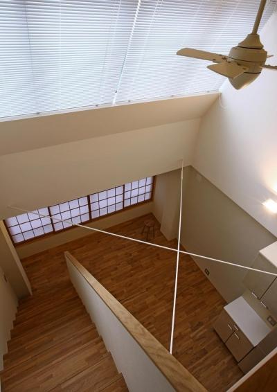リビング吹抜け上部に追加されたトップライトから射し込む光 (高円寺のリノベーション)