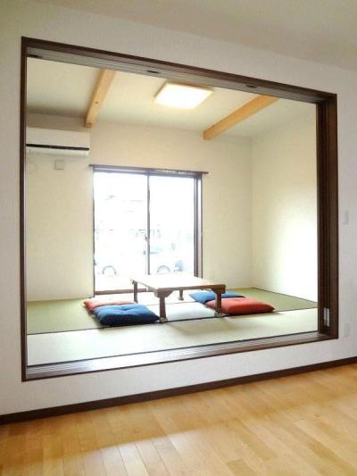 和室 (リビング和室で家族が笑顔でくつろぐ暮らし)
