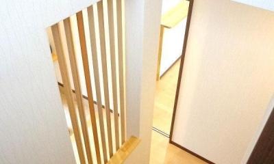 リビング和室で家族が笑顔でくつろぐ暮らし (階段)
